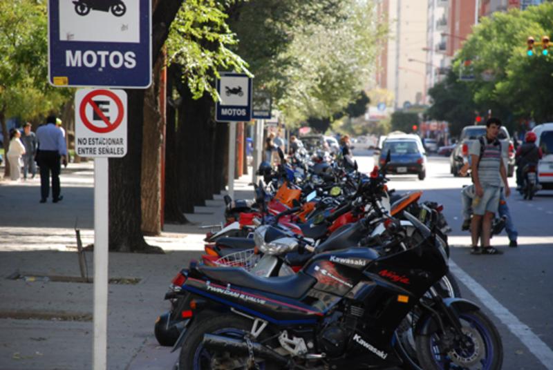 Vereadores pedem ao prefeito o aumento do número de estacionamentos para motos