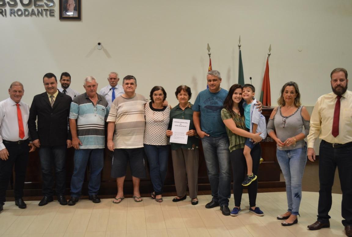 Vereadores homenageiam ARNALDO APARECIDO CARVALHO - Miloca