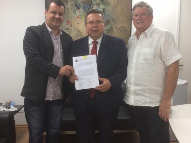 Vereador Rodrigo Miranda acompanha assinatura de convênios em prol de José Bonifácio